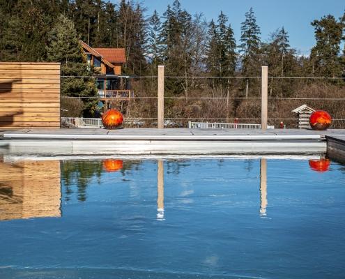 Timberra Naturpools mit Eisdecke im Winter